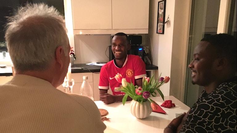 Peter Bartelmess på Frösön bjuder Richard Mugabo och Charles Higiro på middag.
