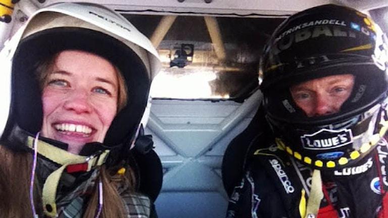 Två personer sitter i en rallycrossbil