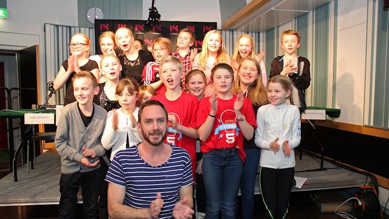 Friggaskolans klass 5B klara för semifinal. Foto: Lars Gustafsson/Sveriges radio.