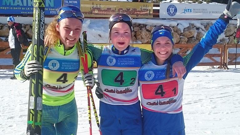 Hanna ֖berg, Sofia Myhr och Anna Magnusson tog en silvermedalj i i stafett under JVM i skidskytte på tisdagen.  Foto: Skidskytte.se
