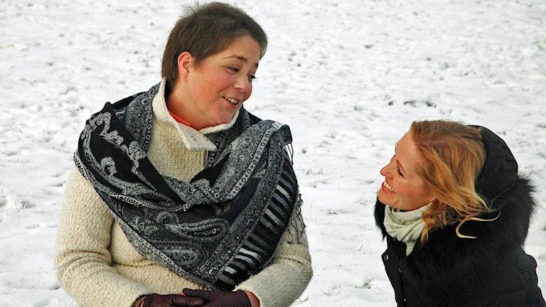 två kvinnor i vintermiljö