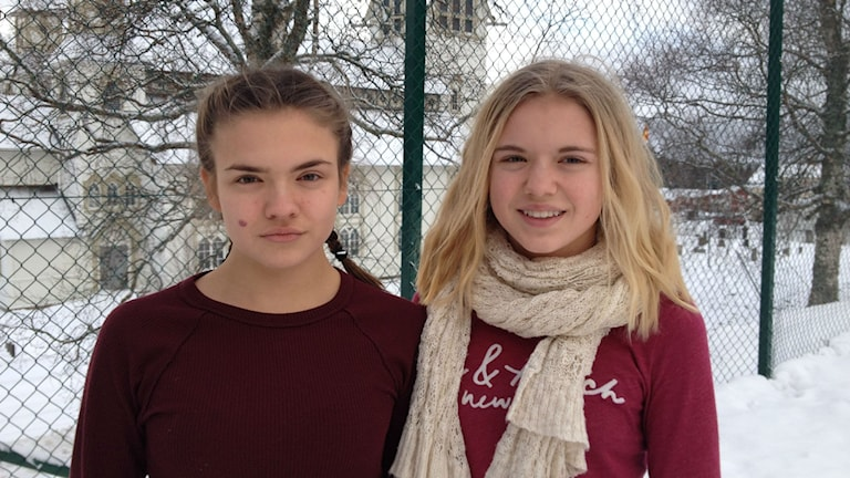 Vilda och Lia Nilsson, elever på Duveds skola, är kritiska mot Åre kommun som nu slutar servera kravmärkt köttfärs. Foto: Peter Söderlund/Sveriges Radio.