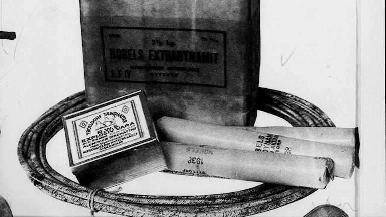När uppfinnaren, entreprenören och industrimannen Alfred Nobel avled 63 år gammal i San Remo i Italien 1896 hade han testamenterat större delen av sin enorma förmögenhet till den fond som skulle bli Nobelstiftelsen. Men motståndet var stort. Besvikna släktingar ville få testamentet ogiltigförklarat och fick stöd av både kungen och Hjalmar Branting. SWEDEN, 1900. Alfred Nobel's uppfinning, dynamit. Dynamit med tändstickor och stubintråd.  Foto: SCANPIX Code: 20360 *** ENGCAP: Mr Alfred Nobel, the man behind the Nobel Price. Mr Alfred Nobel invented the dynamite, but however he developed the principle of primary ignition of the dynamite via an explosive impulse.