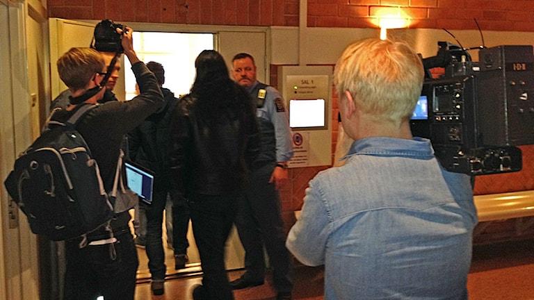 Foajé tingsrätten Östersund, media och åhörare utanför tingssalens dörr