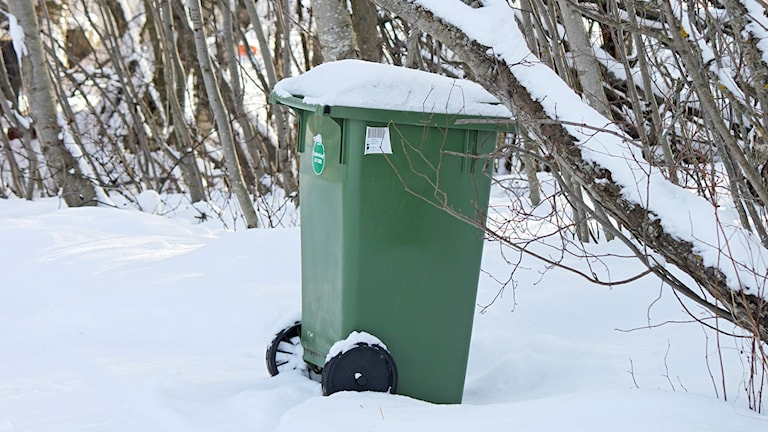 Soptunna i snöig miljö