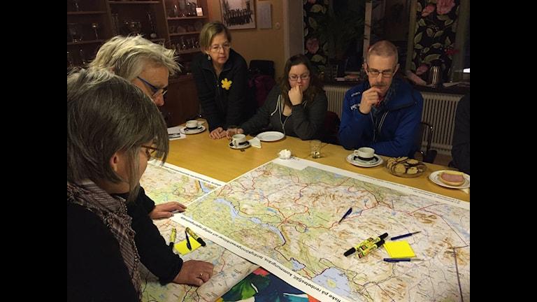 Deltagarna på dialogmötet i Hallen granskar kartan över den planerade nationalparken