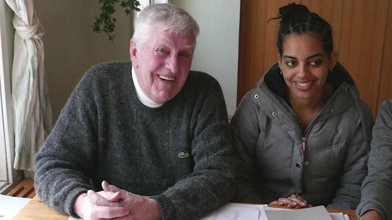 Den pensionerade läraren Lars Eliasson hjälper flyktingar i Föllinge att förstå kvinnors rättigheter i Sverige.