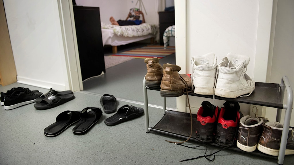 I hallen till en HVB för ensamkommande flyktingbarn står tofflor i olika storlekar.