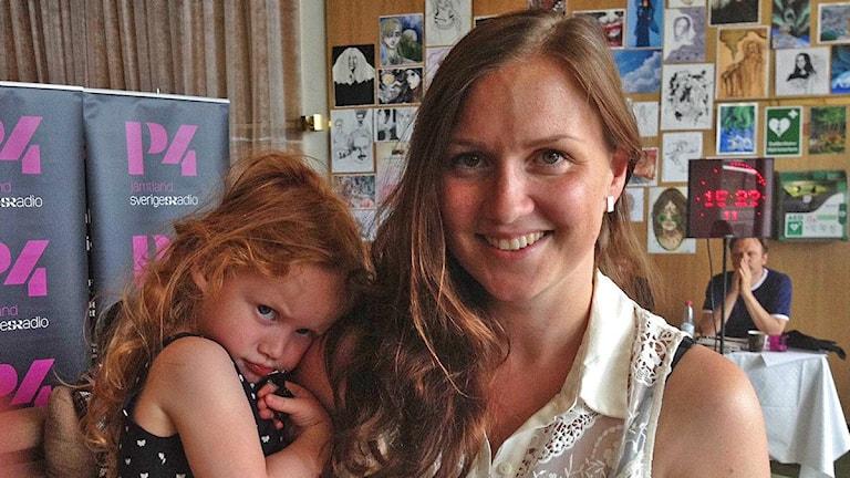 Kvinna med barn på armen