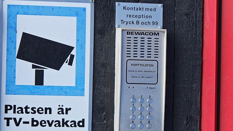 Porttelefon vid entrédörr med övervakningskamera