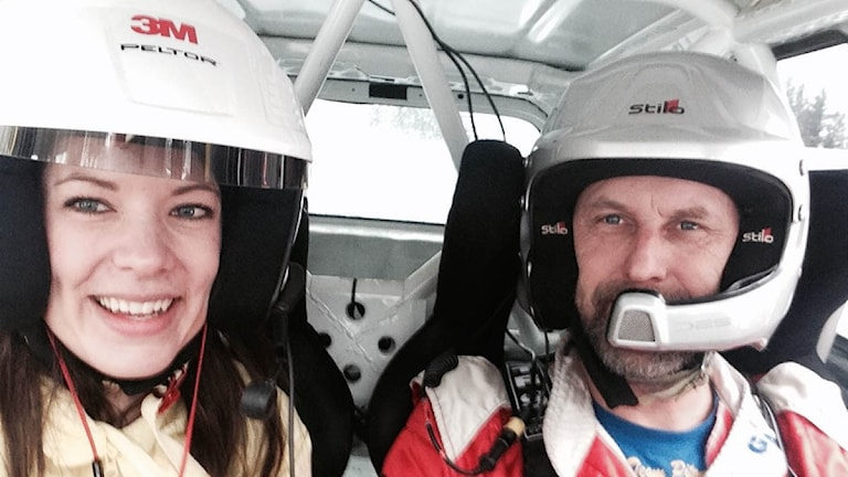 Två personer sitter i en rallybil