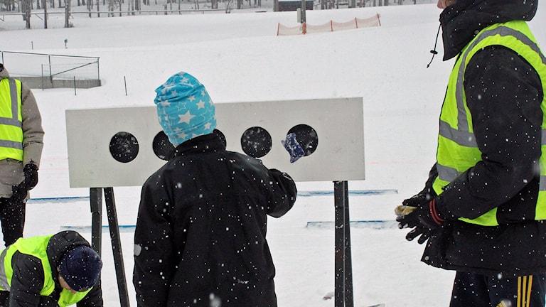 Elever från särskolan prövar skidskytte och kastar ärtpåsar på svarta prickar.
