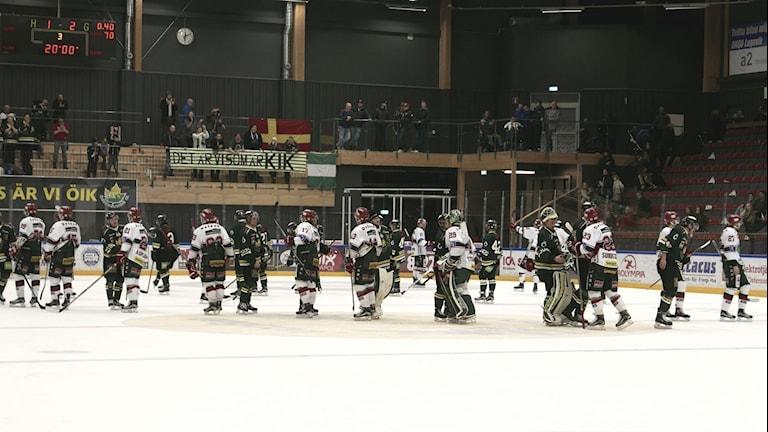 ÖIK och Kristianstad tackar varandra efter matchseriens slut.