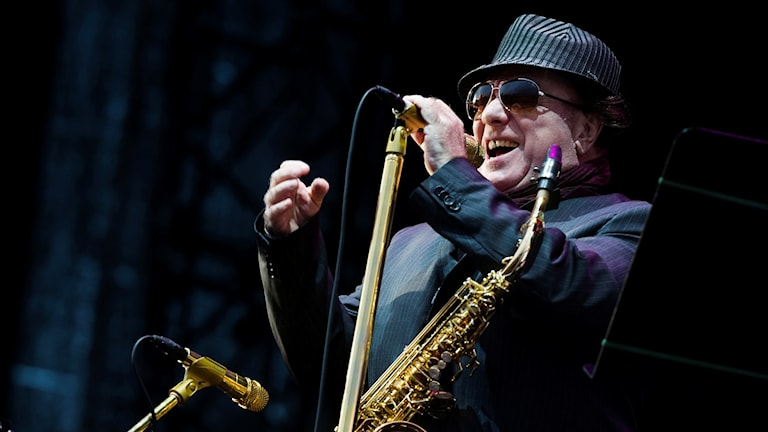Van Morrison vid mikrofonen på en scen