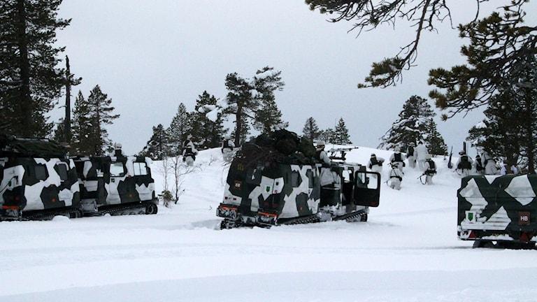 Bandvagnar och soldater.