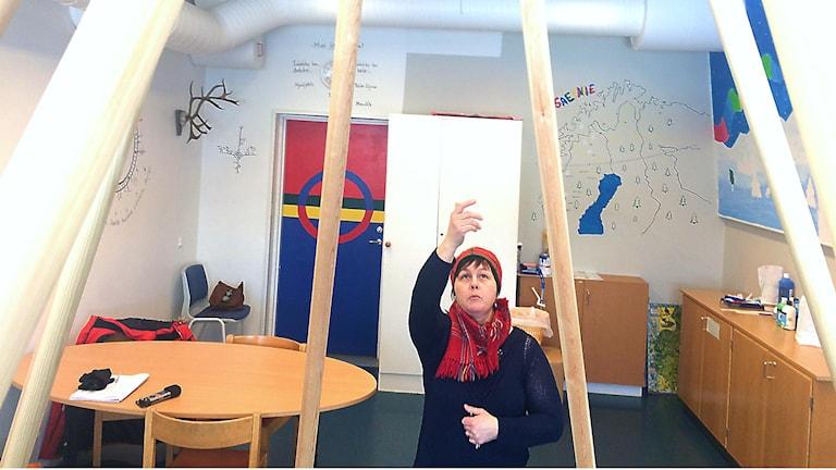Läraren i sydsamiska, Aanna Johansson Larsson, visar det samiska rummet på Vattudalsskolan i Strömsund.