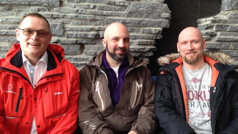 Tre män som engagerar sig i nattvandring på stan sitter i en soffa i radiohuset i Östersund.