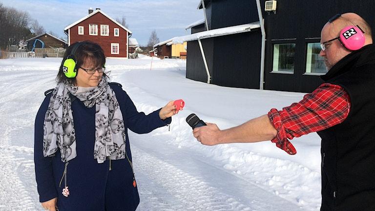 P4 Jämtlands Anneli Johansson och Marcus Frånberg testar överfallslarm