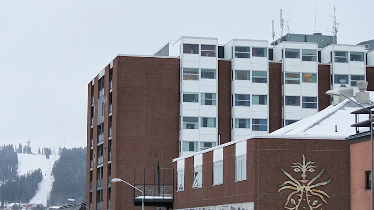 Östersunds Sjukhus med Gustavsbergsbacken i bakgrunden.