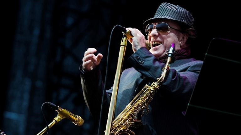 Artisten Van Morrison vid mikrofon på en scen.