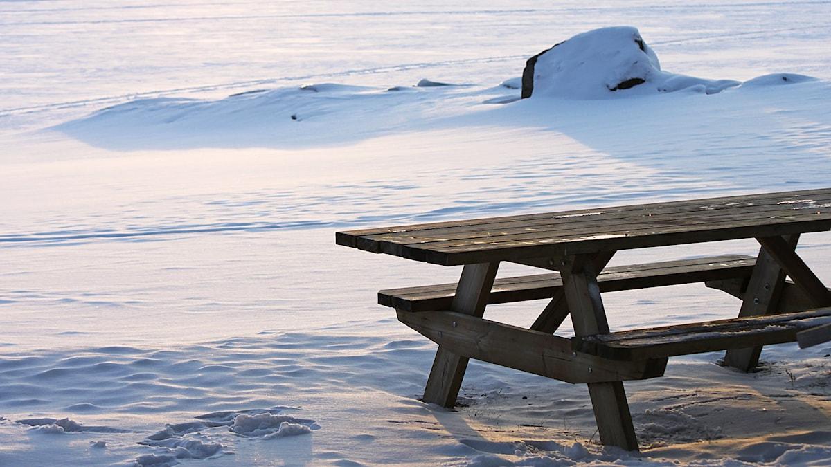 Picnicbord vintertid vid sjöis