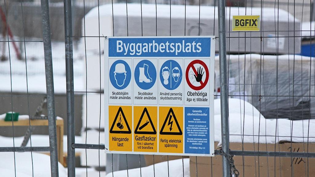 Varningsskylt vid byggarbetsplats
