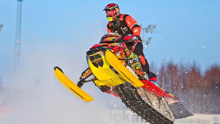 Skotercrossföraren Johan Eriksson på sin skoter i ett hopp.
