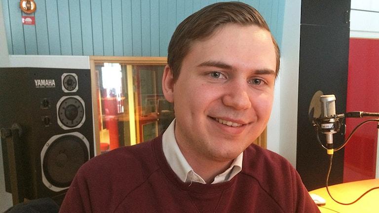 Man i radiostudion - Niklas Rhodin (S)