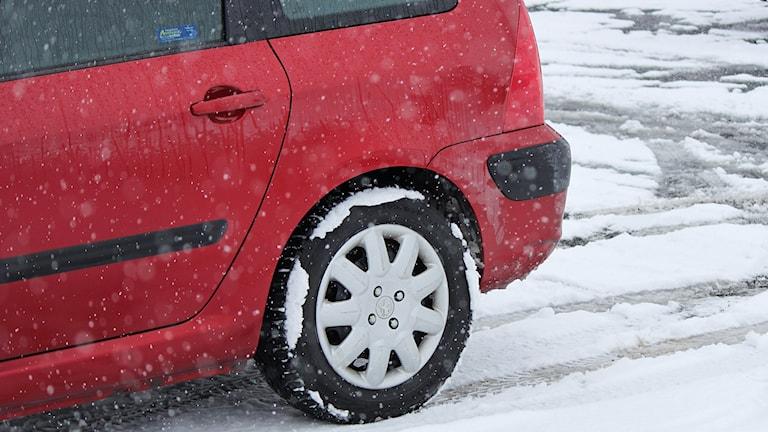 Röd bil på snöunderlag