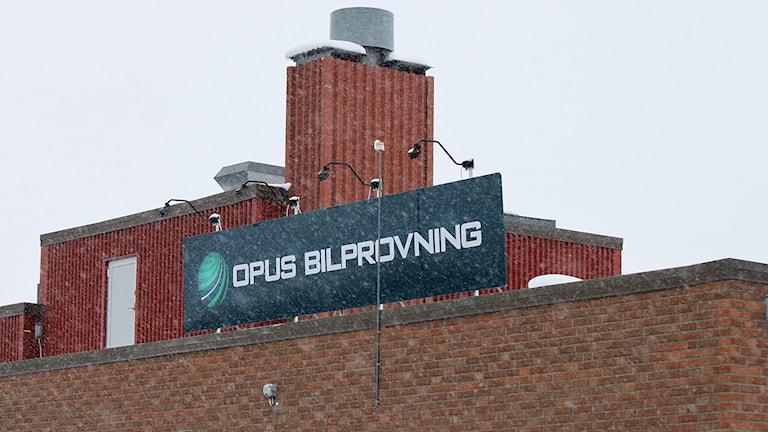 Opus Bilprovning Östersund - skylt på husfasad