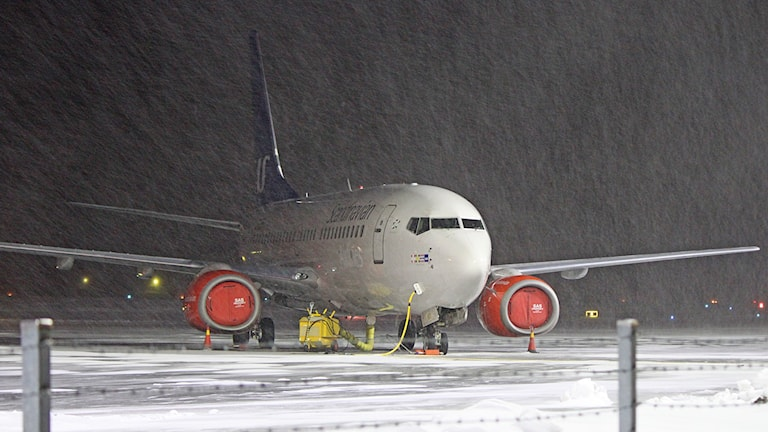 Parkerat flygplan i snöväder