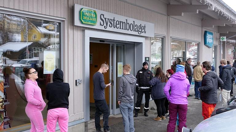 Entrén till Systembolaget i Åre med folk utanför