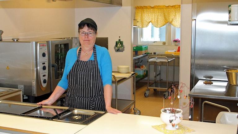 Det ska vara trevligt för barnen när de har lunch, själv var jag rädd för matbespisningen säger Lena Lemon som lagat mat på Fjällsta skola i 26 år