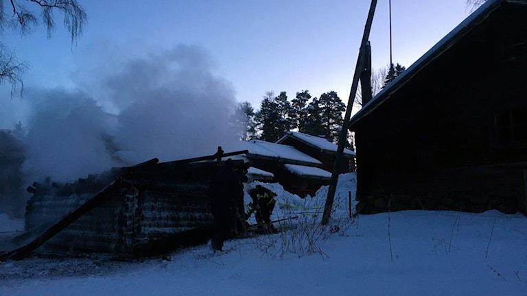 Brand i gapskjul intill Lillhärdalsgården, Jamtli. Långfredag 20160325. Bilden tagen under eftersläckningsarbetet. Foto: Räddningstjänsten