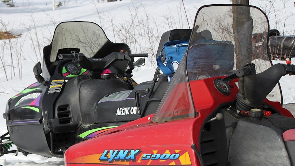 Två parkerade snöskotrar