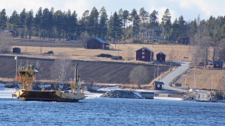 Bilfärjan mellan Isön och Norderön i Storsjön - vy mot Norderön