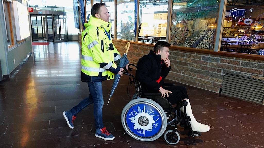 ÖFK-stjärnan Jamie Hopcutt bröt benet i premiärmatchen