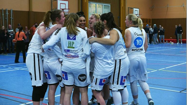 Jubel i Östersund Basket.