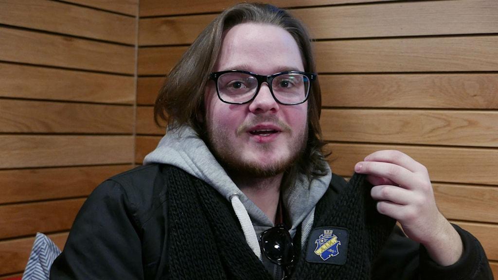 ÖFK supporter med AIK- halsduk.