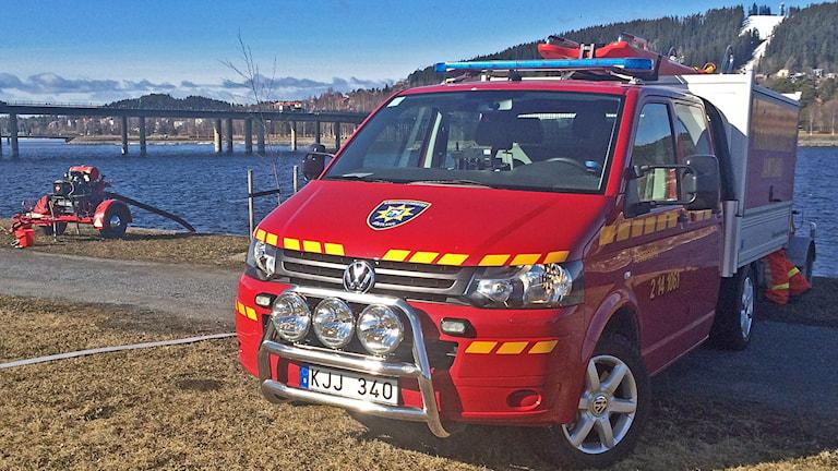 Räddningstjänsten pumpar upp vatten ur Storsjön i Östersund