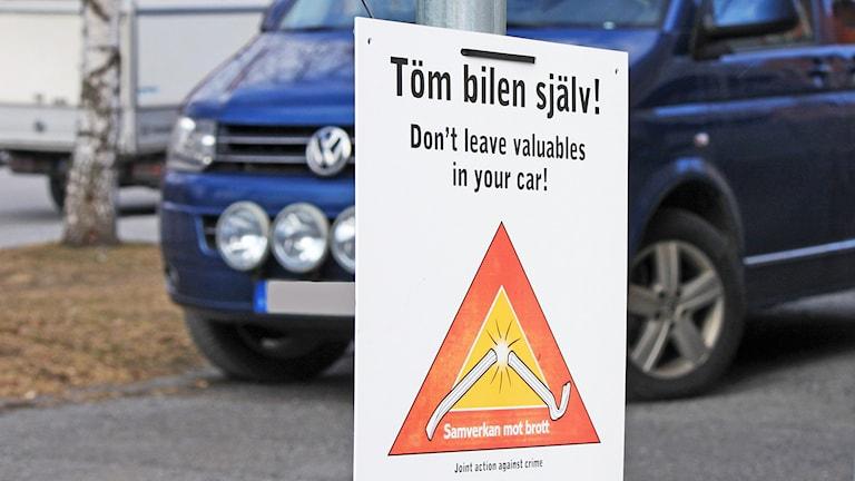 Varning för bilinbrott på parkering