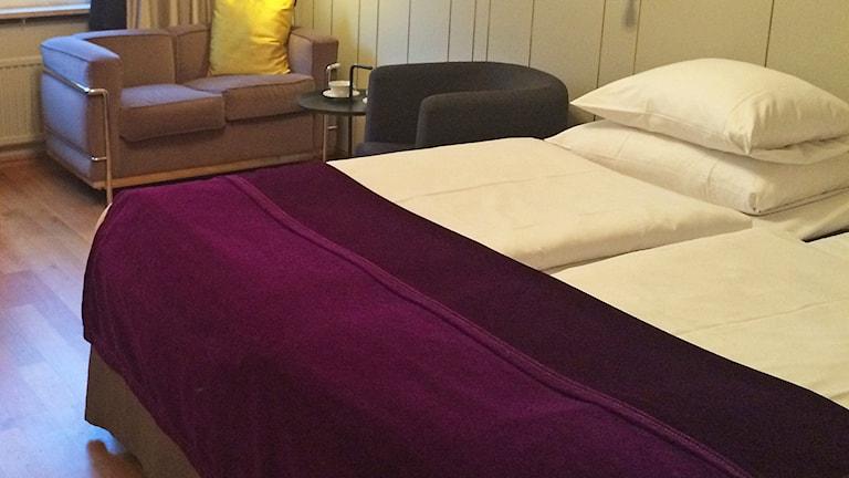 Hotellrum med säng och soffa