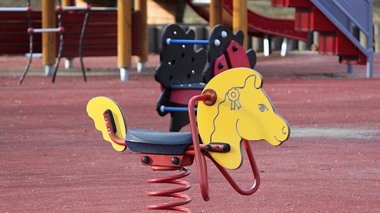 Gunghäst på lekplats