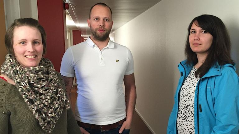 Tre socialsekreterare står i korridor