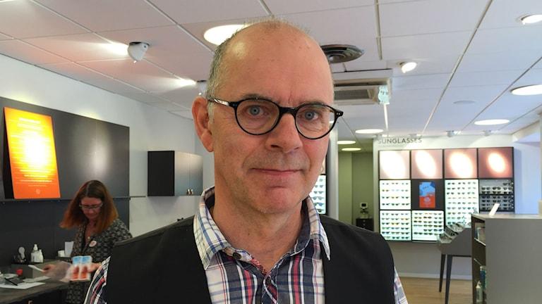 Butikschef i butik, man med glasögon