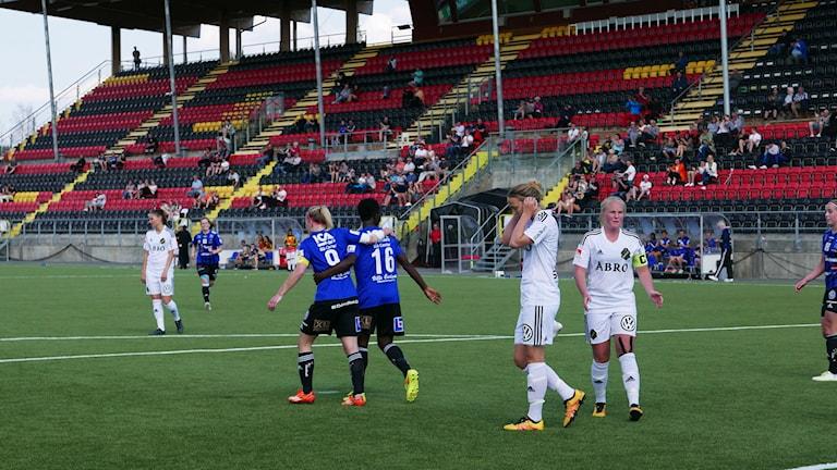 Portia Boakye klappas om efter det matchavgörande 1-0-målet.