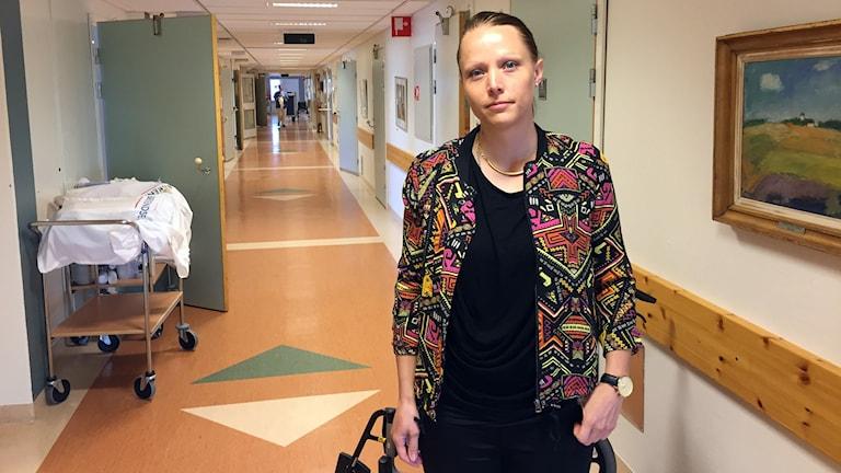 Kvinna står i en sjukhuskorridor på Östersunds sjukhus.