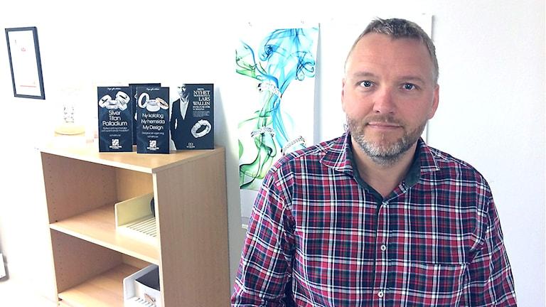 Johan Redhe är vd på Schalins Ringar i Östersund. Han drabbas av Migrationsverkets långa handläggningstider på Migrationsverket för arbetstillstånd.