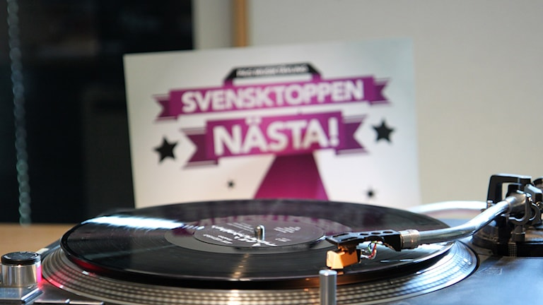 Vinylspelare och Svensktoppen Nästa 2016-affisch