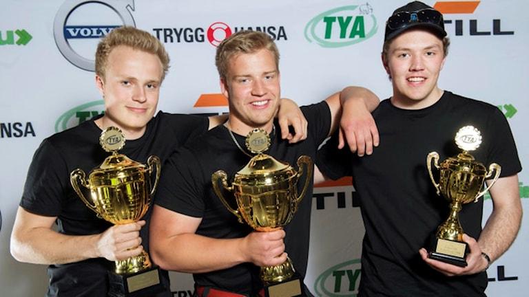 Vinnare i Yrkes-SM för Yrkesförare. Från vänster: Oliver Billö från Henån 2:a. Oskar Ågren från Höör 1:a och Dennis Blom från Häggenås 3:a. Foto: Ryno Quantz